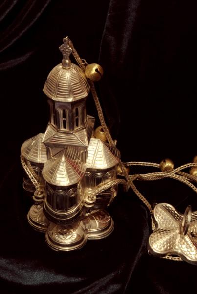 Cadelnita biserica Sf-Nicolae-campina, ciocanita si cizelata cu postament in cruce