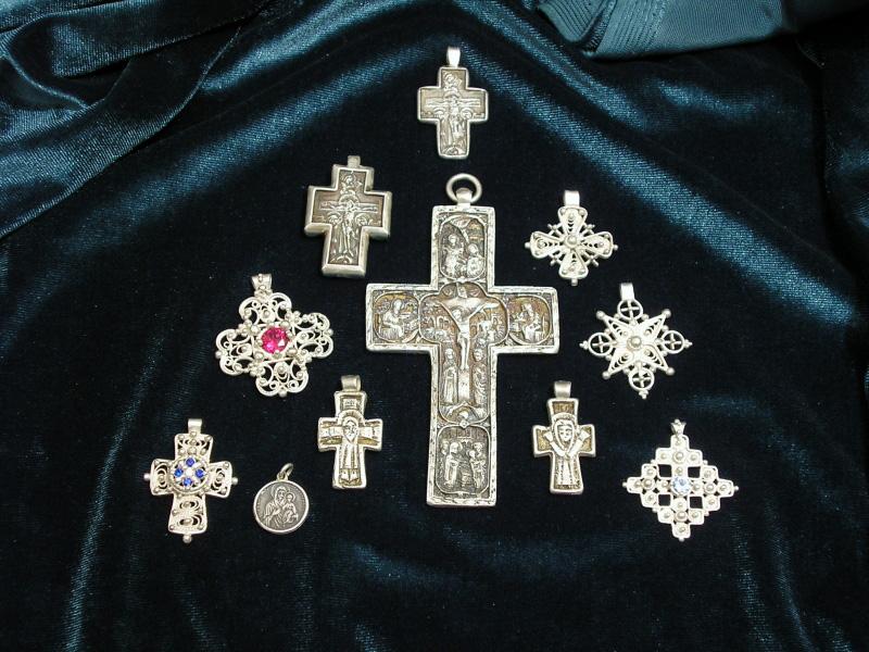 Cruce de lemn ferecata in argint cu margele din pietre semipretioase