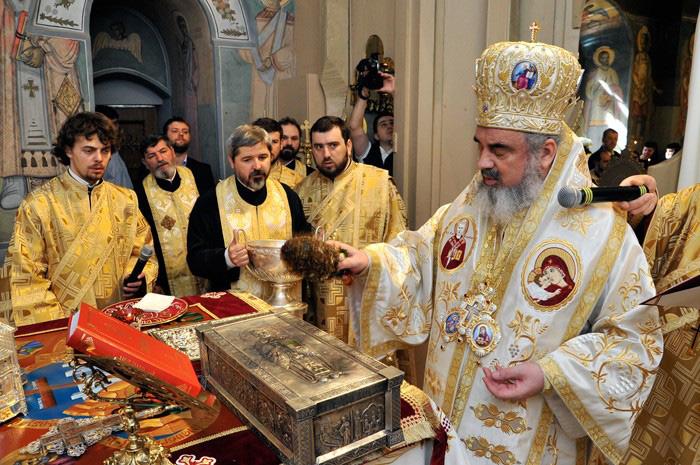 Racla bisericii Dintr-o zi - Bucuresti cu moastele sf. Nicolae